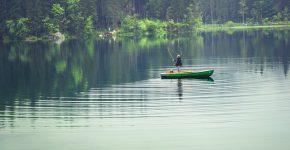 En fiskare på en älv